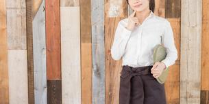カフェの女性店員の写真素材 [FYI04697953]