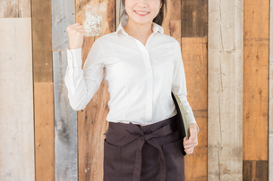 カフェの女性店員の写真素材 [FYI04697955]