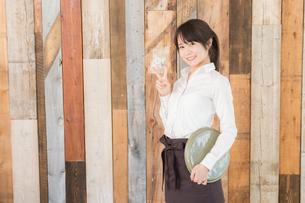 カフェの女性店員の写真素材 [FYI04697959]