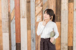 カフェの女性店員の写真素材 [FYI04697960]