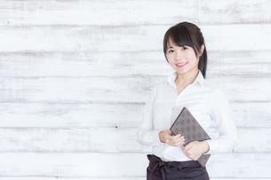 カフェの女性店員の写真素材 [FYI04697967]
