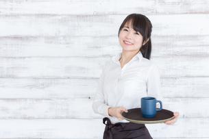 カフェの女性店員の写真素材 [FYI04697969]
