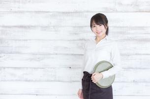 カフェの女性店員の写真素材 [FYI04697976]