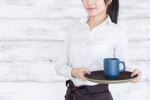 カフェの女性店員の写真素材 [FYI04697977]