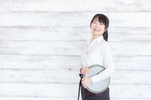 カフェの女性店員の写真素材 [FYI04697981]