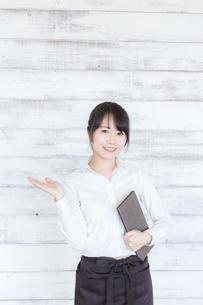 カフェの女性店員の写真素材 [FYI04698000]
