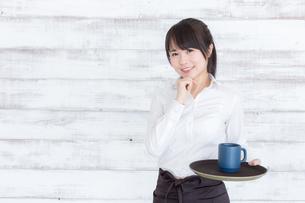カフェの女性店員の写真素材 [FYI04698008]