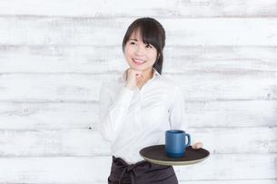 カフェの女性店員の写真素材 [FYI04698009]