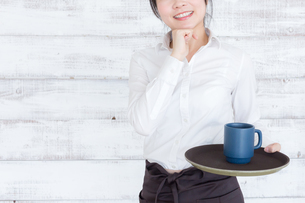 カフェの女性店員の写真素材 [FYI04698011]