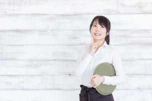 カフェの女性店員の写真素材 [FYI04698015]