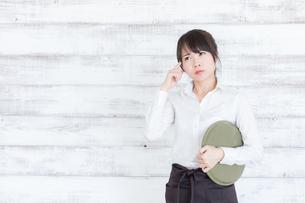 カフェの女性店員の写真素材 [FYI04698022]