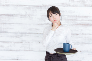 カフェの女性店員の写真素材 [FYI04698024]