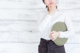 カフェの女性店員の写真素材 [FYI04698026]