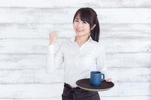 カフェの女性店員の写真素材 [FYI04698032]