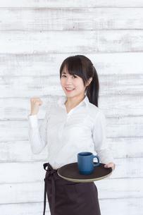 カフェの女性店員の写真素材 [FYI04698048]