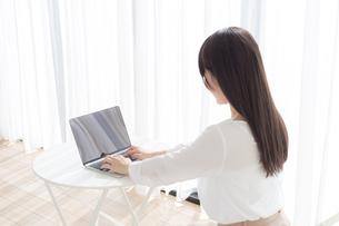 日本人女性の写真素材 [FYI04698216]