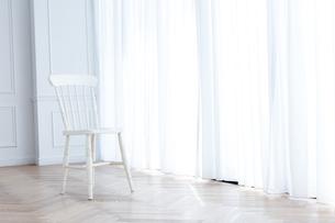 カーテンと椅子の写真素材 [FYI04698320]