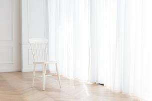 カーテンと椅子の写真素材 [FYI04698324]