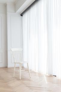 カーテンと椅子の写真素材 [FYI04698328]