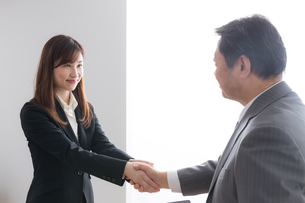 シニアビジネスマンとビジネスウーマンの写真素材 [FYI04698522]