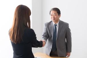 シニアビジネスマンとビジネスウーマンの写真素材 [FYI04698527]