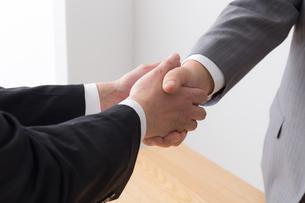 シニアビジネスマンとビジネスマンの写真素材 [FYI04698535]