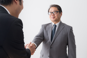 シニアビジネスマンとビジネスマンの写真素材 [FYI04698536]