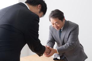 シニアビジネスマンとビジネスマンの写真素材 [FYI04698539]