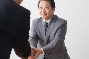 シニアビジネスマンとビジネスマンの写真素材 [FYI04698540]