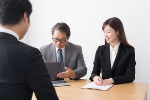 日本人ビジネスマンとビジネスウーマンの写真素材 [FYI04698572]
