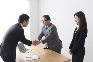 日本人ビジネスマンとビジネスウーマンの写真素材 [FYI04698585]