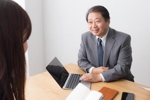 日本人ビジネスマンとビジネスウーマンの写真素材 [FYI04698600]