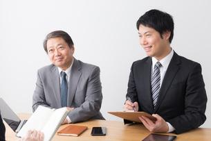 日本人ビジネスマンとビジネスウーマンの写真素材 [FYI04698604]