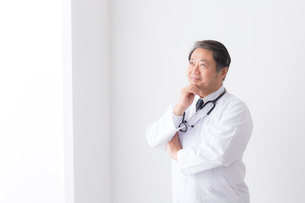 日本人男性医師の写真素材 [FYI04698646]