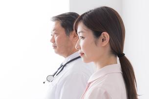 男性医師と女性看護師の写真素材 [FYI04698686]