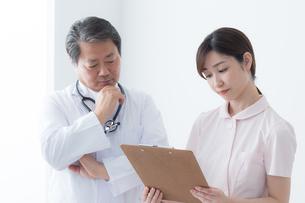 男性医師と女性看護師の写真素材 [FYI04698716]