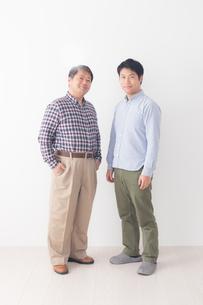 シニア男性と息子の写真素材 [FYI04698787]