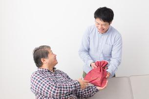 シニア男性と息子の写真素材 [FYI04698818]