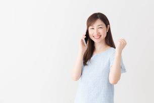 日本人女性の写真素材 [FYI04698947]