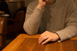 カフェで考える人の写真素材 [FYI04699099]