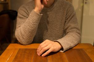 カフェで考える人の写真素材 [FYI04699101]