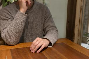 カフェで考える人の写真素材 [FYI04699114]