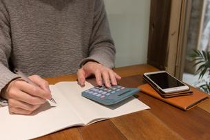 カフェで計算する人の写真素材 [FYI04699127]