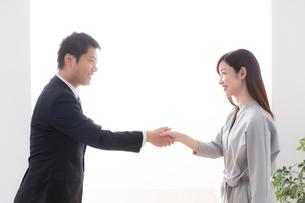 握手するビジネスマンとビジネスウーマンの写真素材 [FYI04699311]