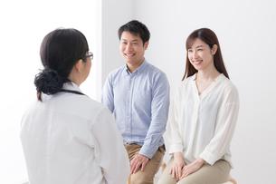 女性医師と患者の写真素材 [FYI04699479]