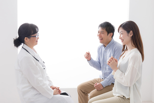 女性医師と患者の写真素材 [FYI04699481]