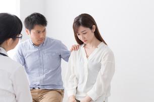 女性医師と患者の写真素材 [FYI04699499]