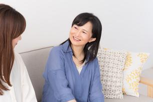 シニア女性と娘の写真素材 [FYI04699778]