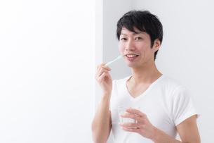 日本人男性の写真素材 [FYI04700001]