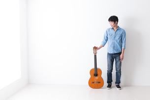 ギターを持つ男性の写真素材 [FYI04700123]